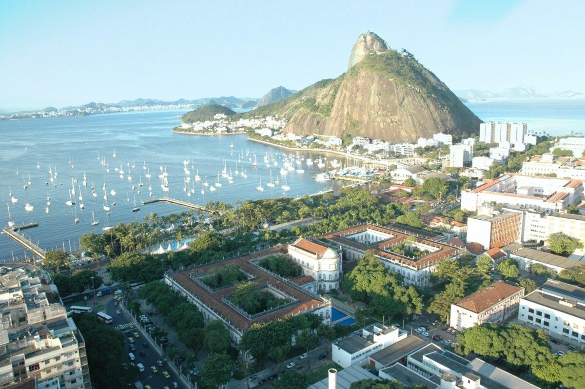 Foto aérea do campus Praia Vermelha em perspectiva com o Pão-de-Açúcar